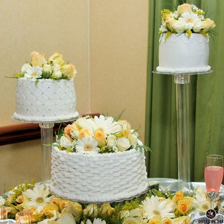 trang trí bánh kem bằng hoa tươi